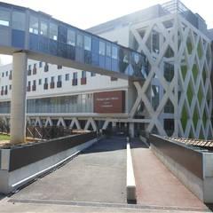 Passerelle reliant la clinique au bâtiment de consultations
